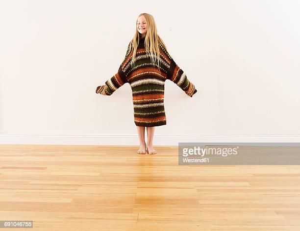 girl wearing oversized knit pullover - extra groot stockfoto's en -beelden