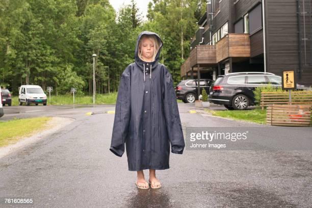 girl wearing oversized raincoat - pluie humour photos et images de collection