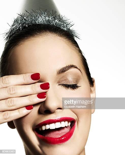 Menina com Chapéu de Festa com mão no olho direito
