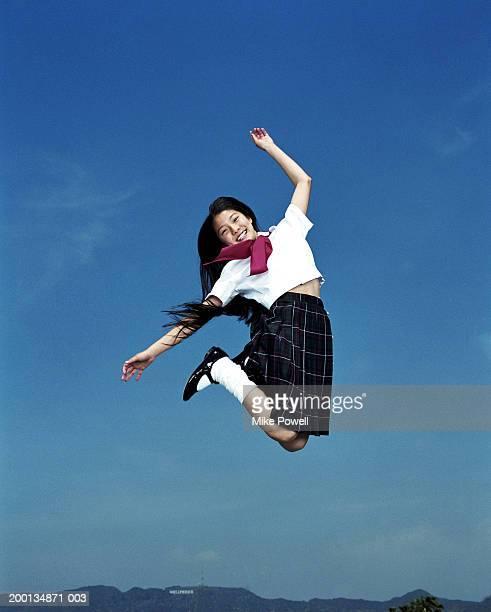 Girl (12 -14 )、学生の制服を着て、ジャンプの空気、ポートレート