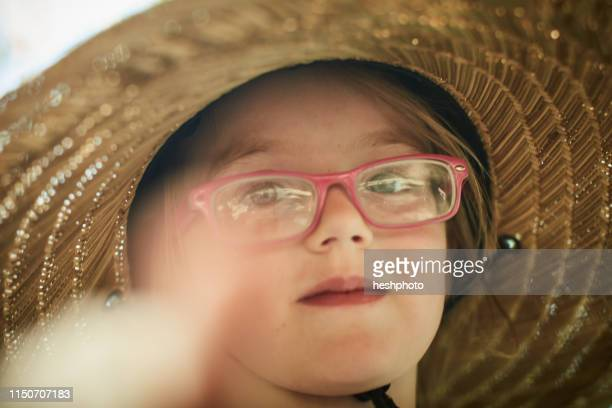 girl wearing sun hat - heshphoto photos et images de collection