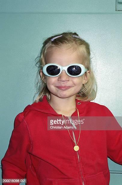 girl (2-4) wearing sunglasses, smiling, close-up - fille moche photos et images de collection