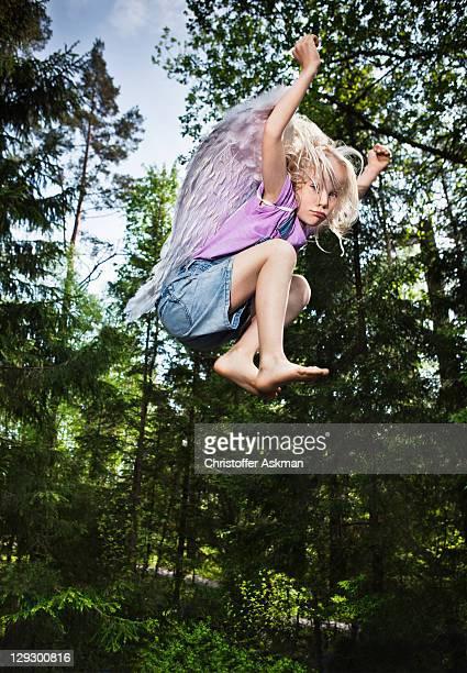 Girl 履いて、ジャンプ森林の手羽先