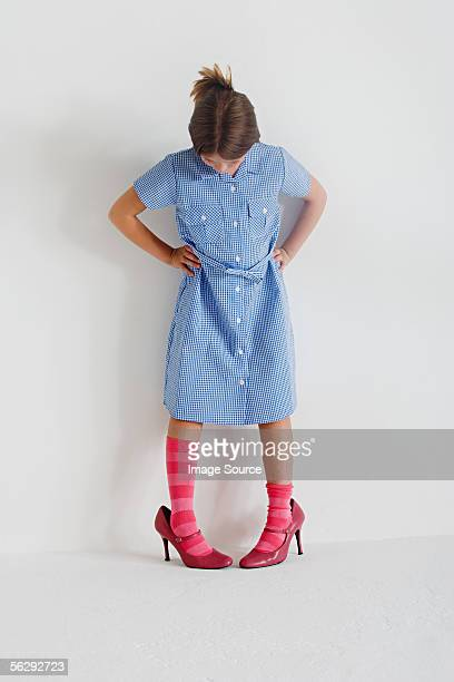girl wearing woman's shoes - hoge hakken stockfoto's en -beelden