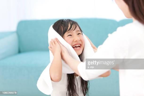 母親に髪を拭いてもらう女の子 - タオル ストックフォトと画像