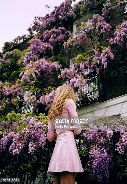 girl & wisteria - glycine photos et images de collection