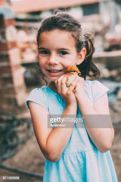 Mädchen mit ein kleines Huhn
