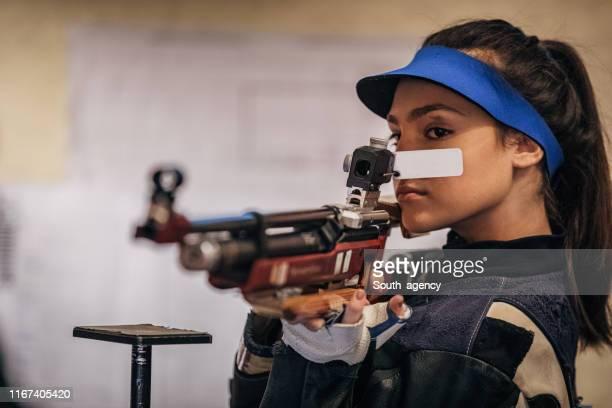 機関銃を持った少女 - ライフル ストックフォトと画像