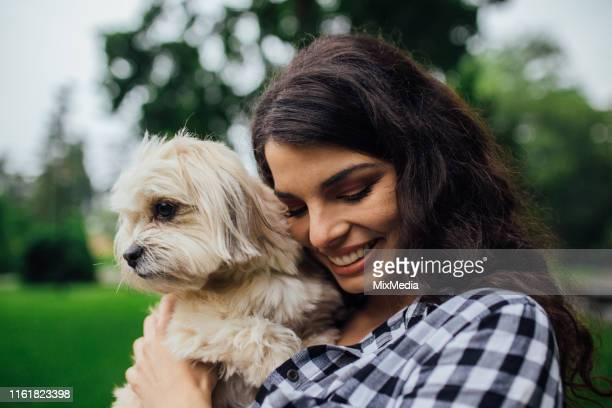 彼女の手に子犬を持つ女の子 - 愛玩犬 ストックフォトと画像