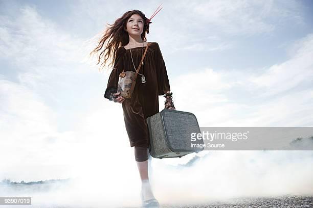 スーツケースを抱えた女の子