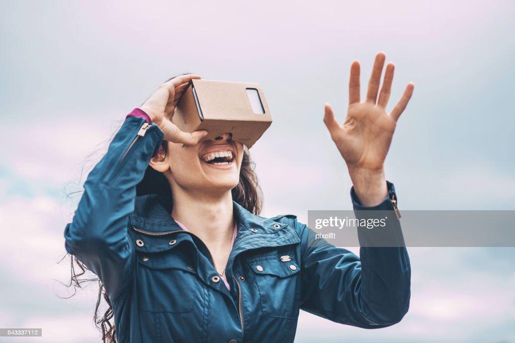 Mädchen mit dem Virtual-Reality-Simulator : Stock-Foto