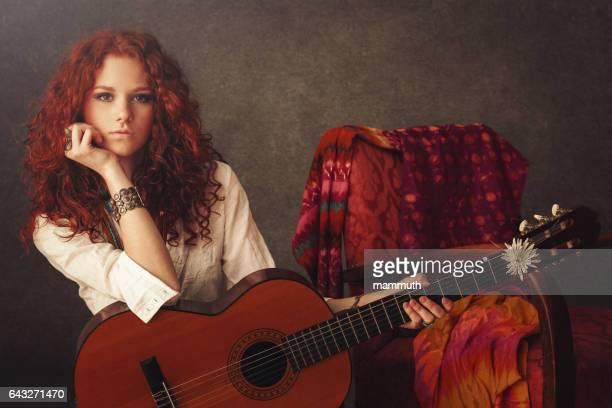 Mädchen mit Akustik-Gitarre