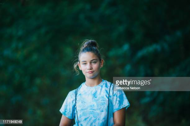 girl with backpack in forested park - menina - fotografias e filmes do acervo