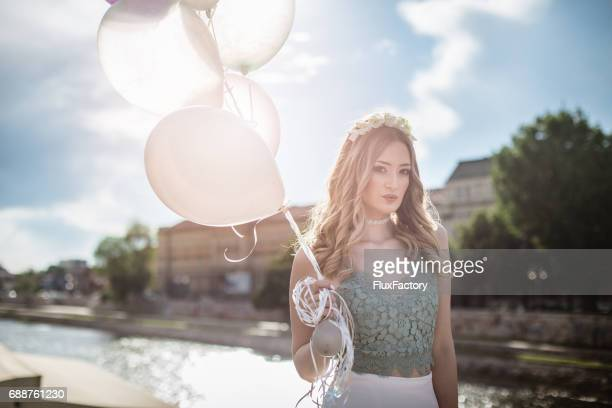 風船と川を持つ少女