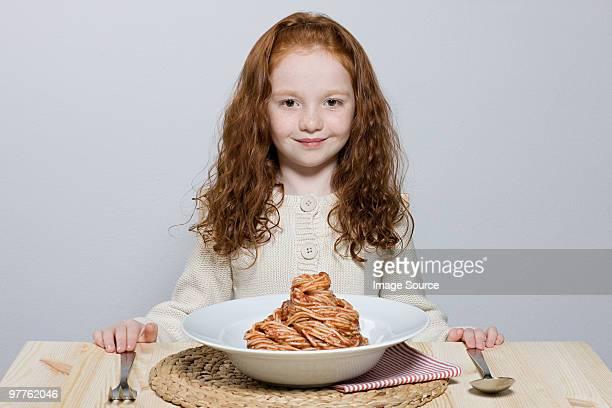Mädchen mit großen Schüssel spaghetti bolognese