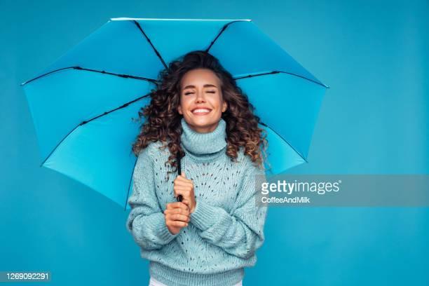 ragazza con ombrello blu - ombrello foto e immagini stock