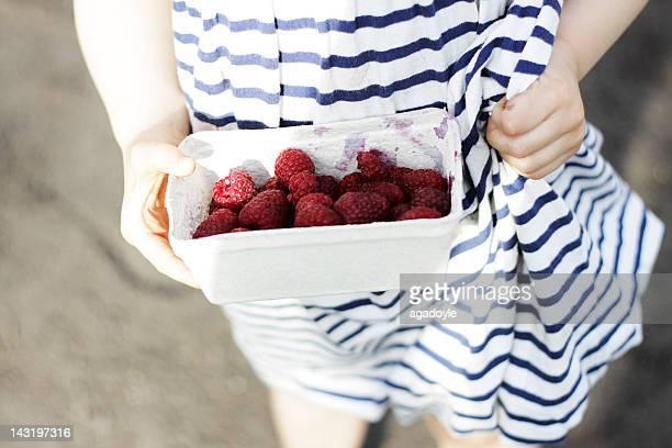 girl with box of raspberries - grande gruppo di oggetti foto e immagini stock