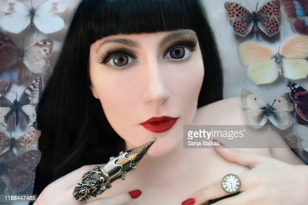 girl with butterflies - ガールズバンド ストックフォトと画像