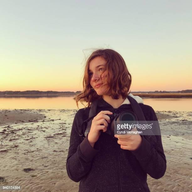 girl with camera at sunset - camera girls - fotografias e filmes do acervo