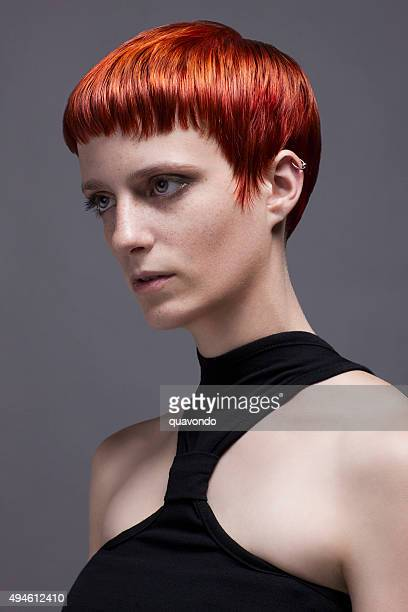 Mädchen mit coolen kurzen roten Haaren