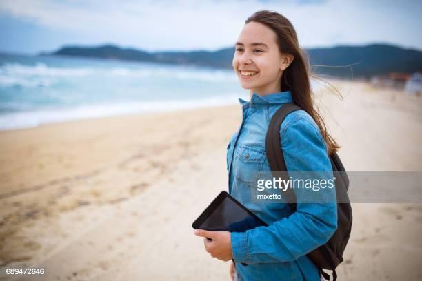 fille avec tablette numérique marche près de la mer - serbie photos et images de collection