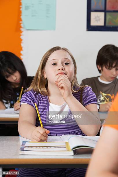 girl (10-12) with down syndrome in classroom - 12 13 jaar stockfoto's en -beelden