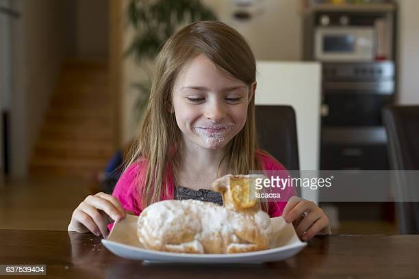 girl with eqaster lamp shaped cake - osterlamm stock-fotos und bilder