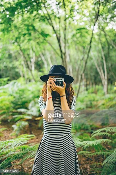 フィルム カメラ撮影森の中の少女