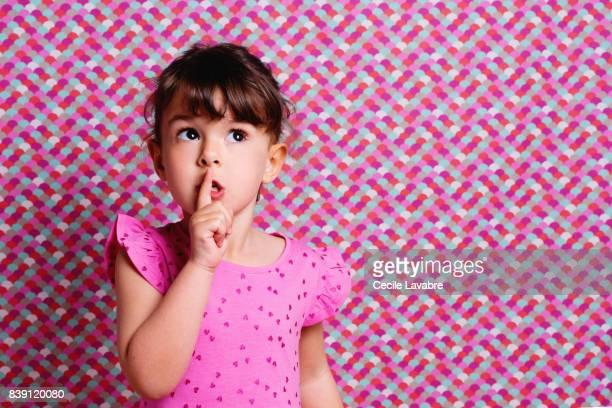 girl with finger by mouth, portrait - silêncio - fotografias e filmes do acervo