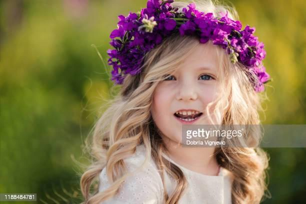 menina com grinalda da coroa da flor - coroa enfeite para cabeça - fotografias e filmes do acervo