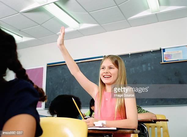 Mädchen mit hand heben in parlamentarische Bestuhlung