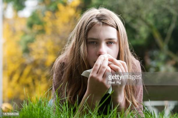 Mädchen mit Heuschnupfen im Freien im Hof