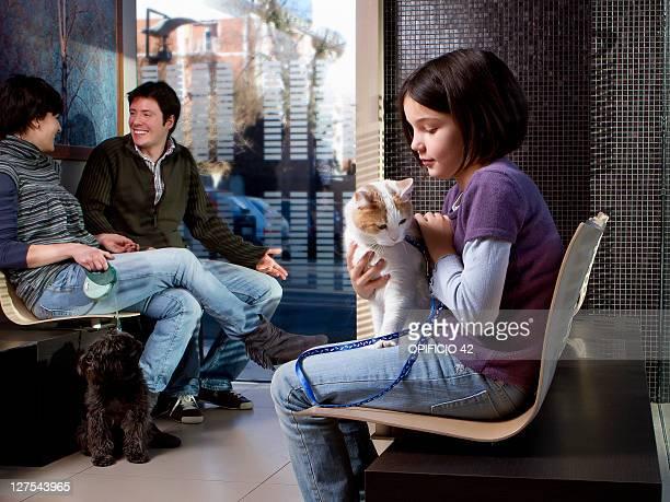 Mädchen mit Ihrer Katze in Tierarzt Wartezimmer