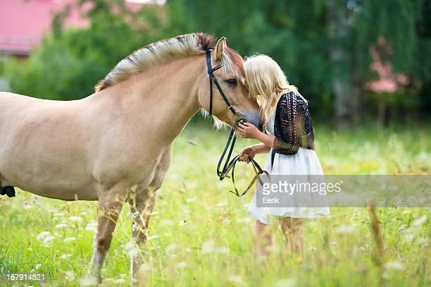 Menina com seu cavalo