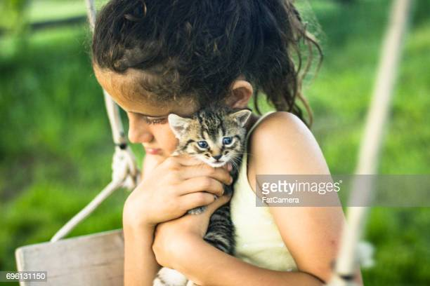 Flicka med hennes kattunge