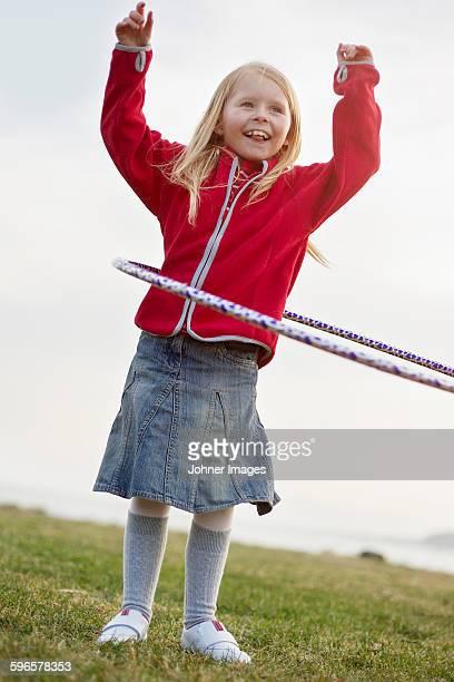girl with hula hoop - västra götalands län stockfoto's en -beelden