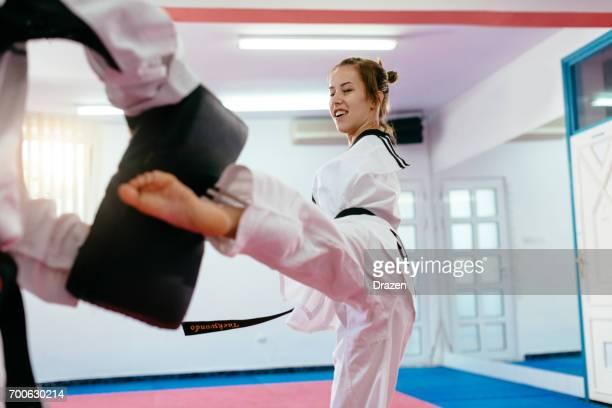 girl with no arms on taekwondo training - artes marciais imagens e fotografias de stock