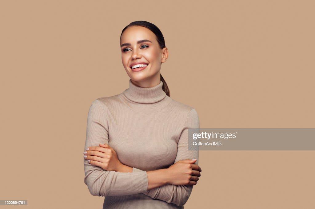 完璧な笑顔の女の子がスタジオでポーズをとっています : ストックフォト