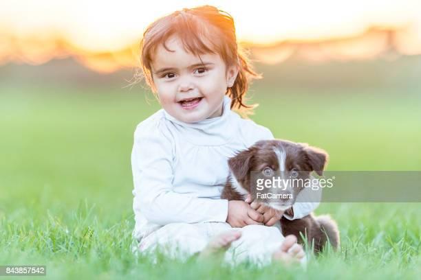 Niña con cachorros