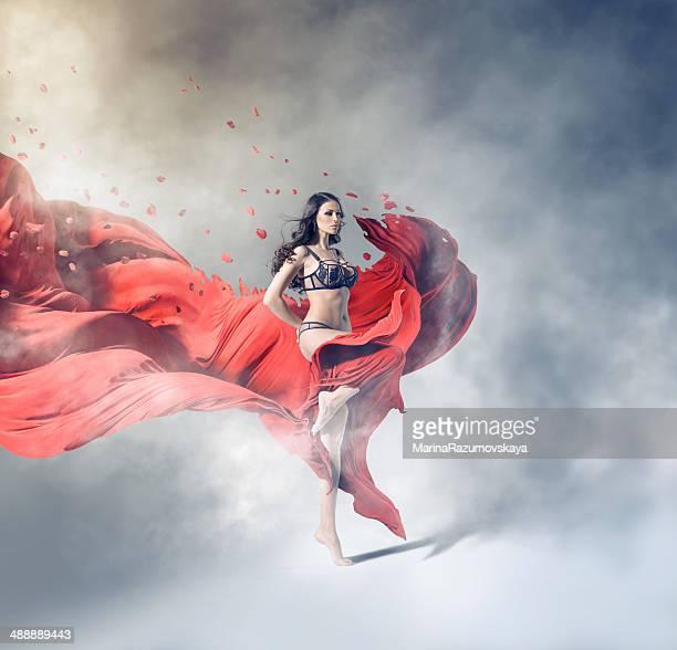 少女と赤い布