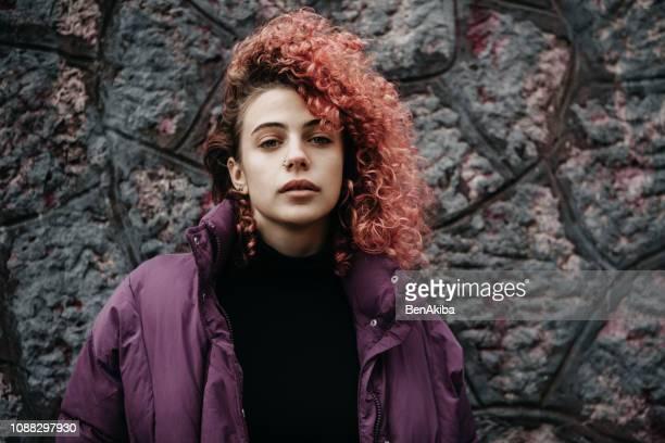 menina de cabelo vermelho - cabelo pintado de vermelho - fotografias e filmes do acervo