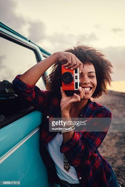 Femme avec appareil photo rétro