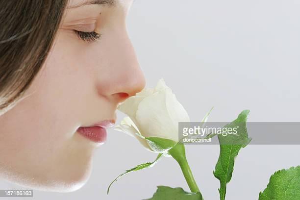 Ragazza con rosa