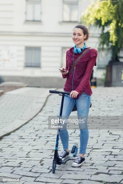 Mädchen mit Scooter Blick in die Kamera