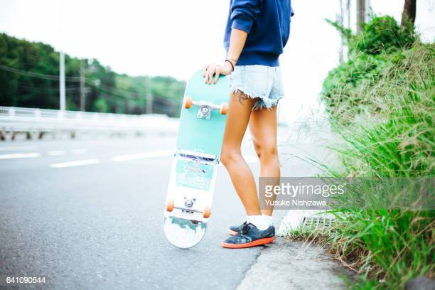 a girl with skateboard - yusuke nishizawa photos et images de collection