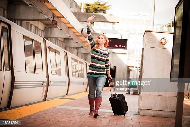 Mädchen mit Koffer running Nach dem BART-Zug