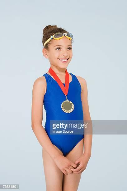 mädchen mit der medaille - medaillengewinner stock-fotos und bilder
