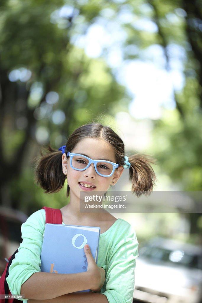 Mädchen mit Schulbuch : Stock-Foto