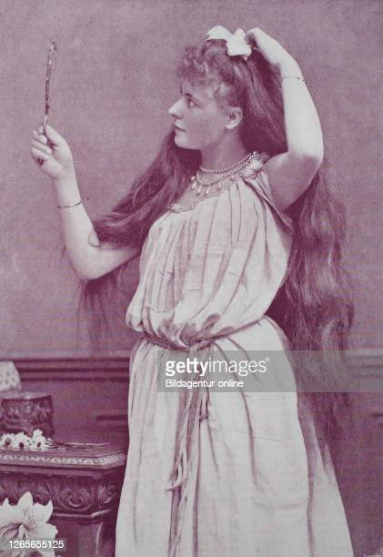 girl with very long hair looks in a hand mirror original print from the year 1899 das Mädchen mit dem sehr langen Haar schaut in einem Handspiegel...
