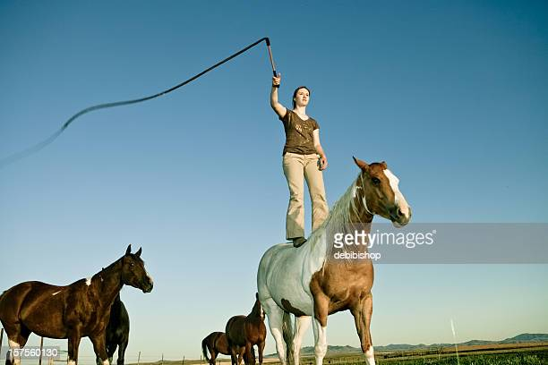 chica con látigo de caballos - látigo fotografías e imágenes de stock
